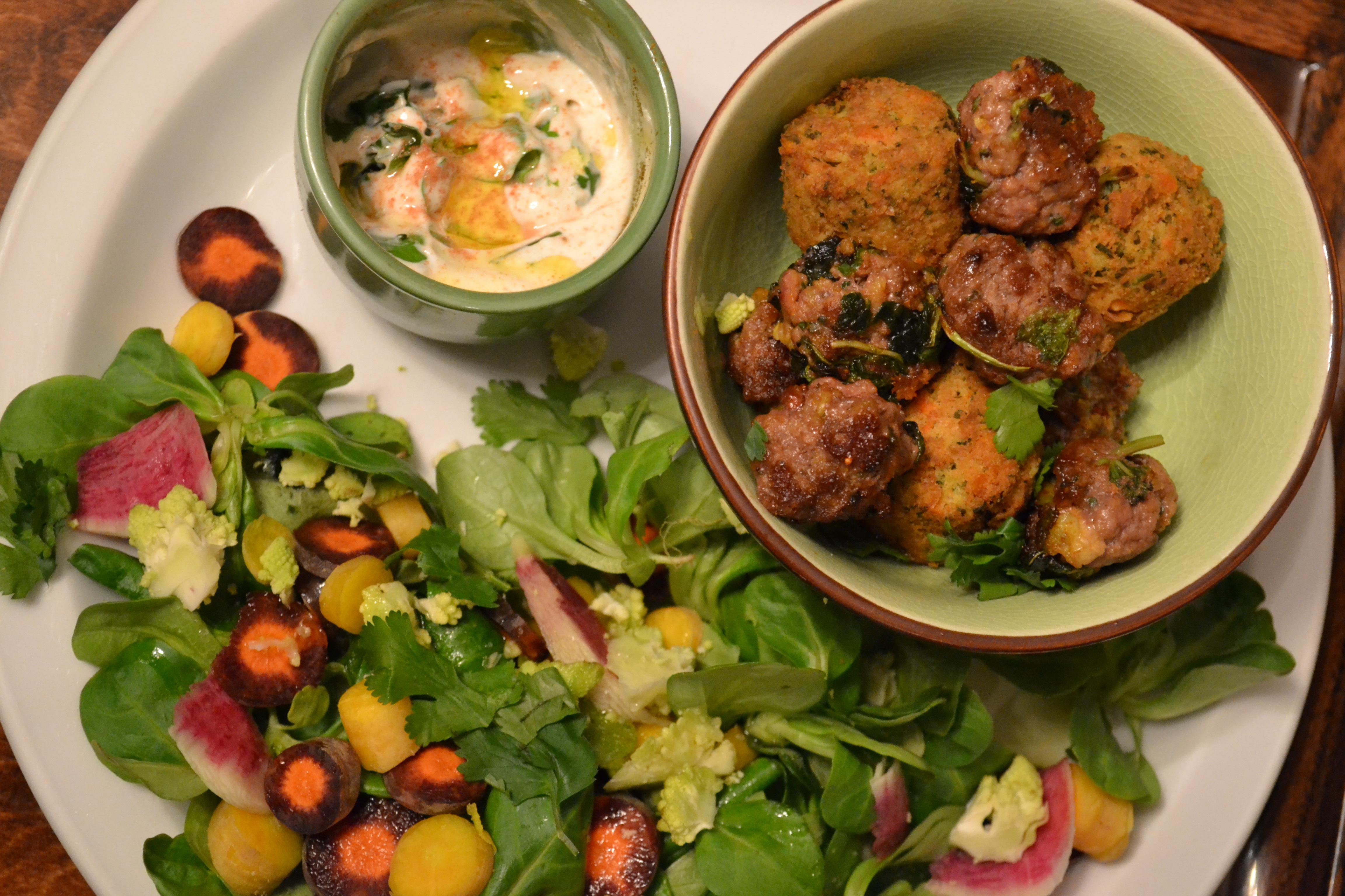 boulettes et salade colorée